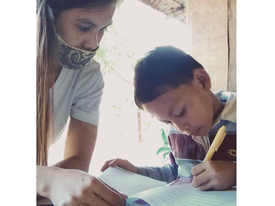 フィリピンの子どもたちの学習風景