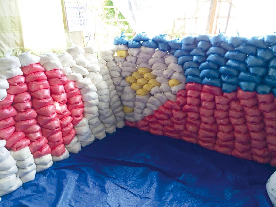支援物資で描かれた日本とフィリピンの国旗